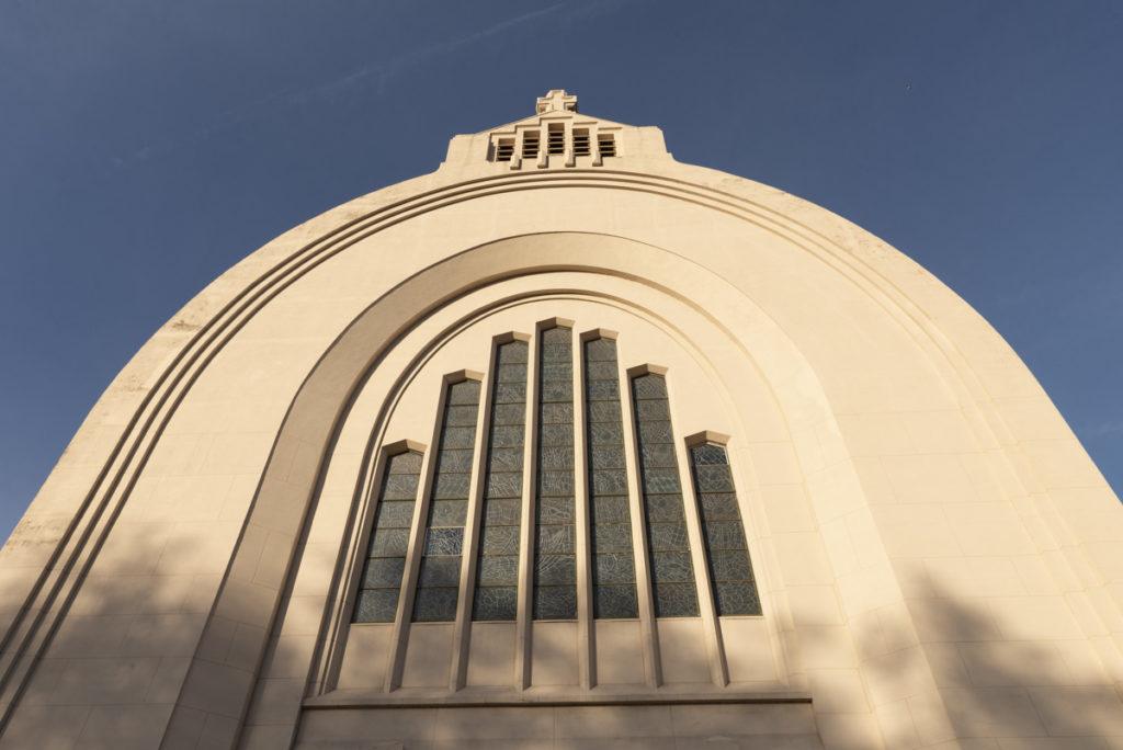 L'arc en plein cintre de l'entrée principale de l'église Saint-Vincent à Liège