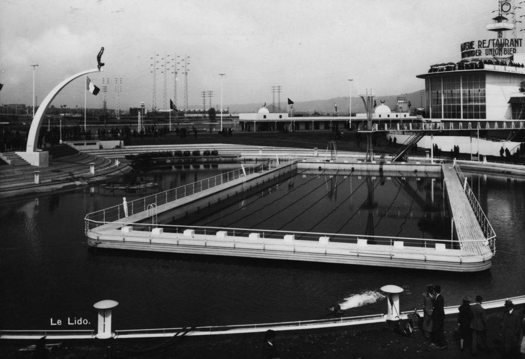 Le Plongeur et son arc surplombe la piscine olympique du Lido, à proximité des restaurants.