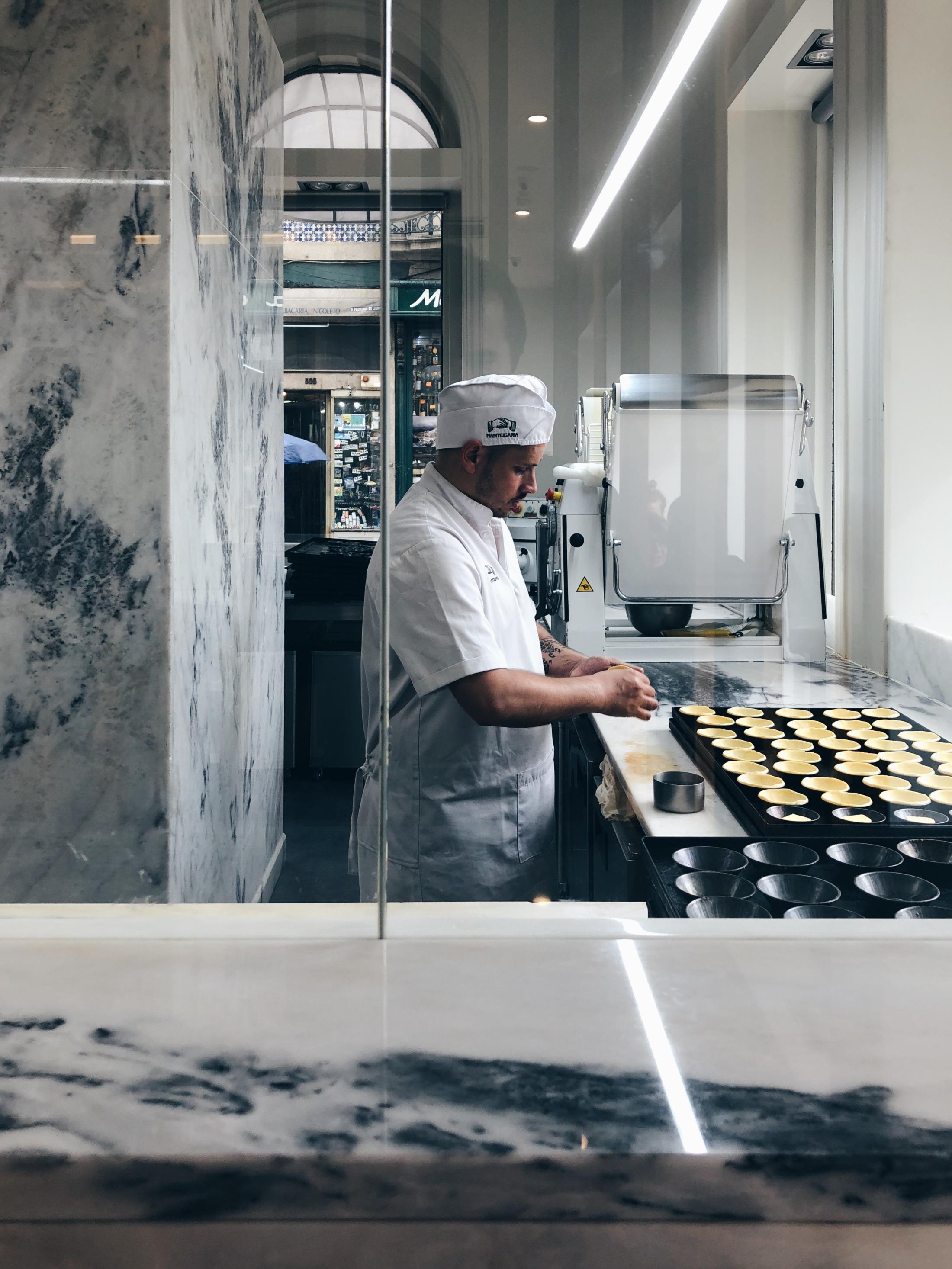 Préparation des pastéis de nata dans la boutique portuane de Manteigaria. – Rua de Alexandre Braga 24, 4000-049 Porto.